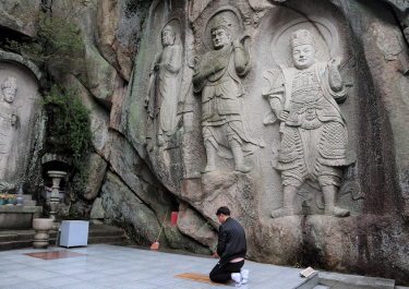 A stone Buddha that has been carved on the rock wall~Sokbulsa(石仏寺)~